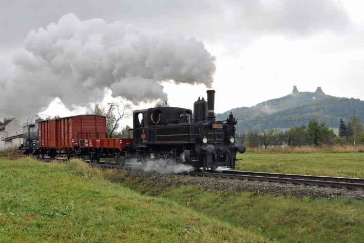 Zvláštní nákladní vlak tažený parní lokomotivou 310.134 v Borku pod Troskami dne 17.10.2009. Foto Aleš Hégr (44)