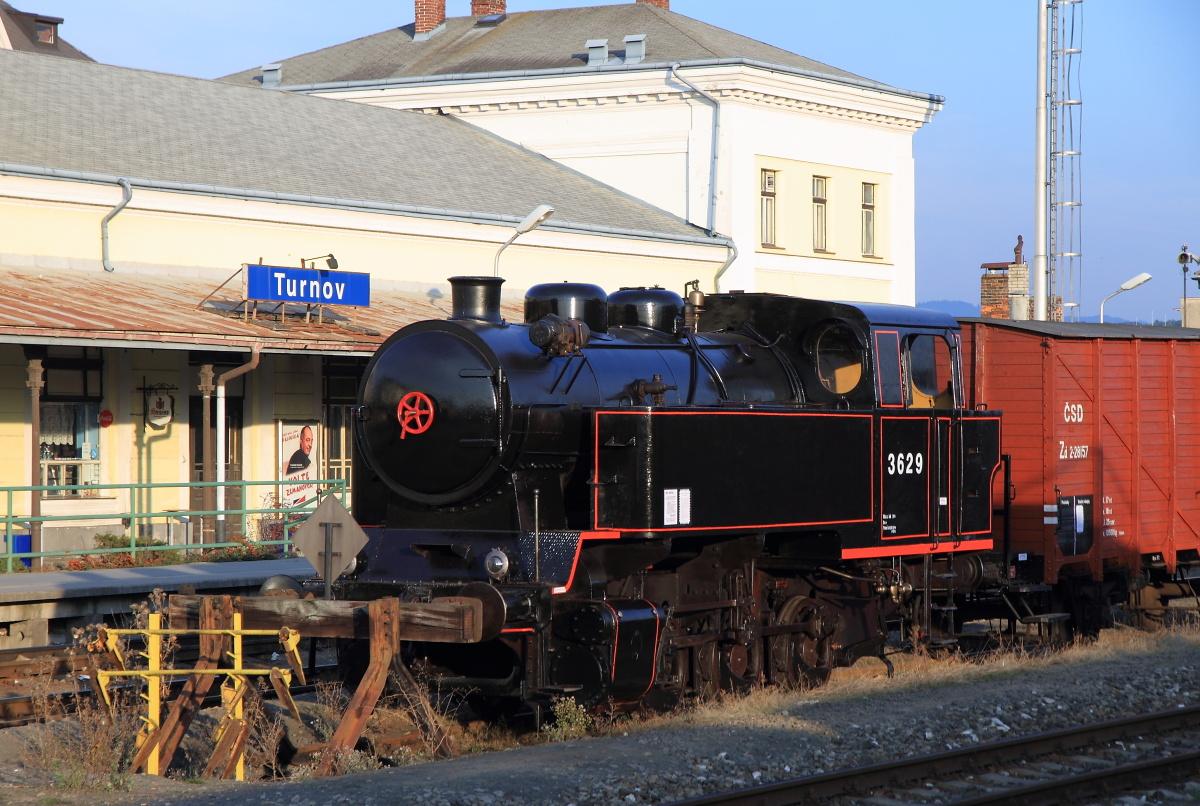 Historický nákladní vlak vystavený ve stanici Turnov. (foto Miloslav Nečas)